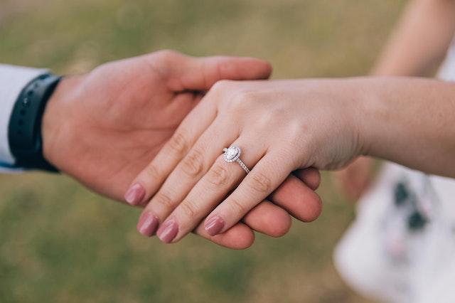 Wybór idealnego pierścionka zaręczynowego